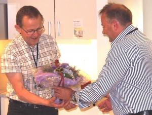 Det vanket både blomster og andre gaver ved sluttmarkeringen. Her overrekker avdelingsleder Arnstein Pedersen blomster.